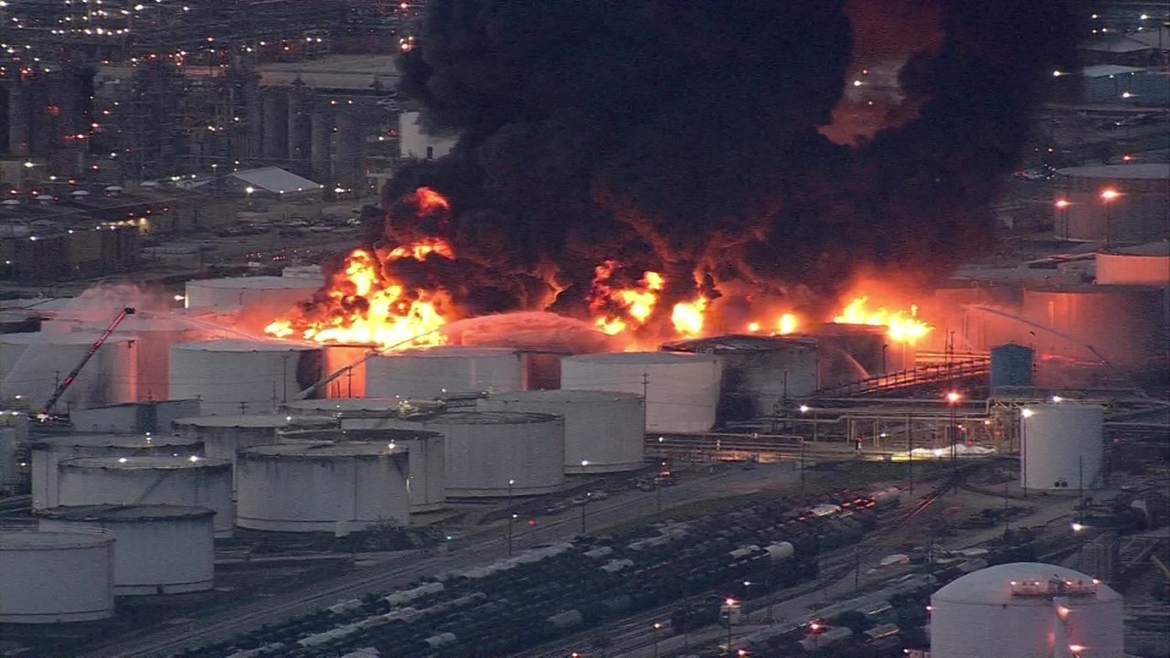 USA – Petrochemical Plant Fire Near Houston Intensifies